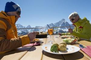 """Zahlreiche Hütten im Skigebiet verführen zum """"Einkehrschwung"""". Dass es dort Südtiroler Schmankerl gibt, versteht sich von selbst. – Foto: Tourismusverband Hochpustertal / Photogrüner"""