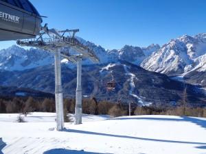 """Die nagelneue Kabinenbahn """"Stiergarten"""" führt hinauf auf 2092 Meter; von dort kann man seit dieser Wintersaison das Skigebiet Rotwand erreichen. – Foto: Dieter Warnick"""
