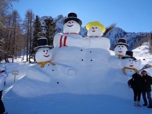 Der Anblick dieser Riesenschneemannfamilie erfreut Jung und Alt. – Foto: Dieter Warnick