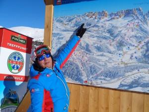 Der Verantwortliche für den Fremdenverkehr im Hochpustertal, Alfred Prenn, erklärt anhand einer Panoramakarte das Skigebiet. – Foto: Dieter Warnick