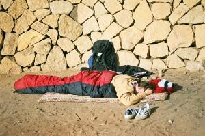 Mit dem richtigen Schlafsack lässt sich überall übernachten. Foto: Daniel Maleck Lewy, 2005, via Wikimedia Commons