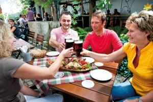 Regionales Bier, bayerische Schmankerl – so schmeckt der Naturpark Altmühltal. – Foto: Naturpark Altmühltal