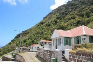 Typisch für Saba sind die weißen Häuser mit den roten Dächern und grün umrahmten Fenstern und Türen.