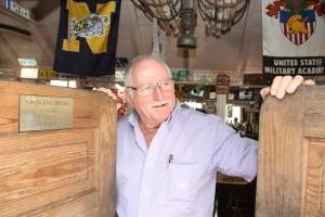 """Eddie Hassell betreibt zusammen mit seiner Frau das Lokal """"Swinging Doors"""" in Windwardside."""