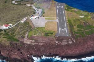 Sabas Flughafen ist eine Herausforderung: Die Start- und Landebahn ist keine 400 Meter lang(!). Die Flugzeugkapitäne brauchen eine besondere Ausbildung für dieses Ziel.