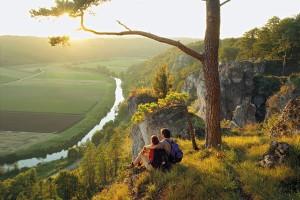 Wandern mit besten Aussichten: die Arnsberger Leite am Altmühtal-Panoramaweg. – Foto: Naturpark Altmühltal