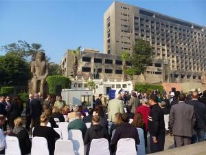 """Empfang der """"Revival of the Egyptian Museum""""-Initiative im Garten des Ägyptischen Museums vor dem ausgebrannten Mubarak-Gebäude."""