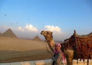 Vor den Pyramiden von Gizeh.