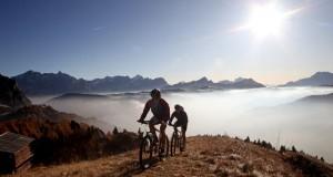 Wenn das Tal noch nebelverhangen ist, haben Biker in höheren  Gefilden schon freie Sicht. – Foto: Freddy Planinscheck