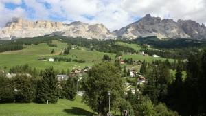 Sanfte Hügel, schroffe Felsen – das Gadertal bei La Villa. – Foto: Dieter Warnick