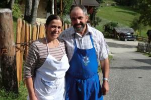 Rosa und Anton Piccolruaz bewirtschaften den Alfarëi-Hof . Beide wissen, was es heißt zu arbeiten: Aufstehen um 5 Uhr, Nachtruhe selten von Mitternacht. – Foto: Dieter Warnick