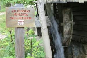 Alte, restaurierte Mühlen, machen klappernd vergangene Alltagskultur und Arbeitswelt der Bergbauern im Mühlental bei Campill wieder lebendig. – Foto: Dieter Warnick