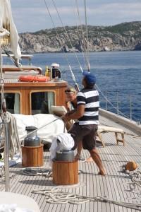 Hoch die Segel heißt es am ersten Tag an der Costa Smeralda.