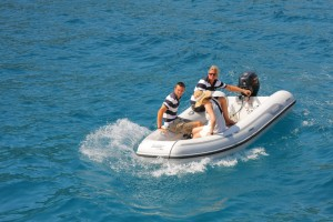 Die Crew bringt die Gäste auf Wunsch kostenlos per Schlauchboot-Taxi an Land – und zurück.