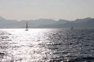 Wir nähern uns Mallorca, vor uns das Tramuntana-Gebirge.