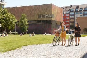 "Vor dem Museum Brandhorst im Kunstareal - Location der ""Warholmania"" im Sommer 2015. Foto: obs/München Tourismus/Dominik Parzinger"