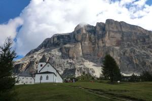 Bei der Tour GourMete Tradition handelt es sich um eine Höhenwanderung direkt unter den majestätischen Felsen des Heiligkreuzkofels. - Foto: Dieter Warnick