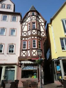 """Am Marktplatz von Wertheim steht eines der schmalsten Fachwerkhäuser Frankens; das """"Haus des Ritters von Zobel"""" ist im unteren Bereich nur 3,20 Meter breit. – Foto: Dieter Warnick"""