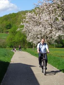 Wenn die Apfelbäume ihre volle Blütenpracht zur Geltung bringen, wie hier in der Nähe von Bettwar, dann ist der Taubertal-Radweg ein Genuss für alle Sinne. – Foto: Dieter Warnick