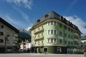 Ein stattlicher Bau ist das Alpina Posthotel mitten in Innichen.