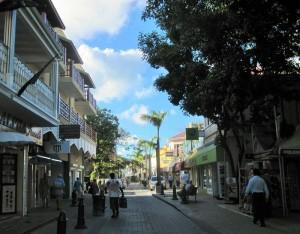 Großstädtisch erscheint Philipsburg, St. Maarten, wo die riesengroßen Kreuzfahrtschiffe mit bis zu 6000 kaufkräftigen Passagieren festmachen und es derart viele Diamantenhändler auf einem so kleinen Fleck gibt.