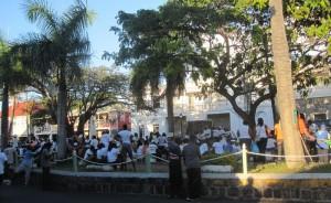 Wahlkampf in Charlestown, Nevis: Fast alle Wähler versammeln sich auf den zwei Plätzen der Stadt und vertreiben sich mit ohrenbetäubendem Reggae die Zeit, bis die Kandidaten eintreffen.