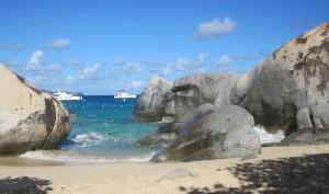 Strände mit Felsbrocken beeindrucken auf Virgin Gorda, eine der Britischen Jungferninseln. Steine,Wasser und Sand bilden ein Labyrinth, wo jeder seine verschwiegene Bucht findet.