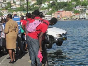Autos verfehlen manchmal in St. George's, Grenada, wegen der engen Straßen ihren Weg und landen im Meer. Die Bergung eines solchen Fahrzeuges ist für Einheimische und Touristen eine Attraktion und lähmt zeitweise den gesamten Verkehr.