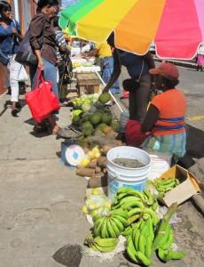 Auf dem Markt von St. George's stehen den Verkäuferinnen bereits Waagen zur Verfügung. Aus Großzügigkeit oder Zuvorkommenheit wird selten Gebrauch davon gemacht.