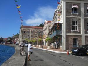 Die einstigen, nun schick renovierten Lagerhäuser beherbergen neben Läden die Ministerien Grenadas und auswärtige Botschaften, u. a. auch eine Vertretung der Europäischen Union.