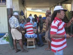 Die Arbeitslosigkeit auf den Kleinen Antillen ist recht hoch. Um das Warten und die Langeweile zu verkürzen, hilft oft ein kleines Spielchen.