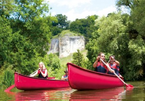 Eine Bootswanderung auf der Altmühl hat entschleunigenden Charakter. - Foto: Naturpark Altmühltal