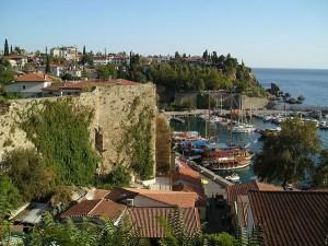 Der Hafen von Antalya - ein beliebtes Urlaubsziel in der Türkei. Foto: JuergenL / wikimedia / CC BY-SA 2.0 de