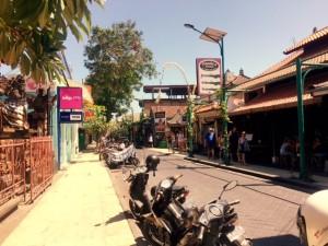 Auf dem Weg zum Strand - Jalan Pantai, Kuta.