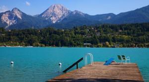 Die Insel ist reich an besonders attraktiven Perspektiven. Besonders schön und einprägsam ist der Blick auf den See und den Mittagskogel, den Hausberg des Faaker Sees. – Foto: Region Villach