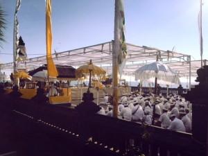 Hindus bei der Feier des Geburtstags des Tempels.
