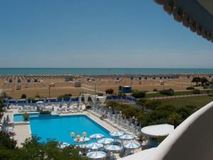 Strand und Pool. Foto: Hotel Corallo