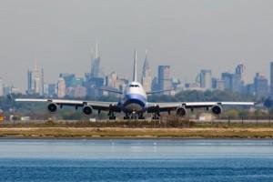 Schon der Anflug auf den John F. Kennedy International Airport bietet ein beeindruckendes Bild. Foto: istock.com/rypson