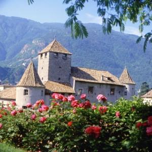 Mitten in der Stadt und eingebettet in eines der schönsten Weingüter der autochthonen Sorte Lagrein liegt Schloss Maretsch. - Foto: Verkehrsamt der Stadt Bozen