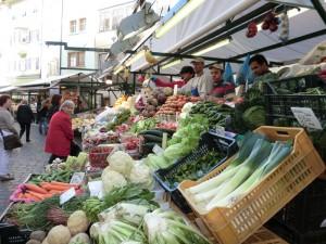 Der Bozner Obstmarkt gehört zur Stadt wie Walther von der Vogelweide oder der Ötzi. - Foto: Dieter Warnick