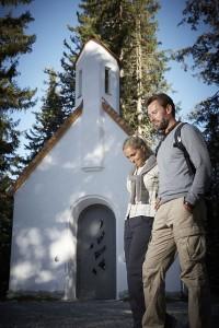 Ein Meditationsweg führt zur Familien-Lichter-Kapelle am hinteren Ende des Högsees. - Foto: Serfaus-Fiss-Ladis / www.foto-mueller.com