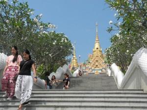 Wat Tang Sai. Gesäumt von Frangipani.