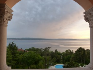 Blick vom Hotelzimmer - Sonnenuntergang über der Kvarner Bucht. – Foto: Anke Sieker