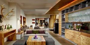 Geschmackvoller geht es kaum: Die Lobby- und die Kamin-Lounge. – Foto: Bio-Hotel Holzleiten