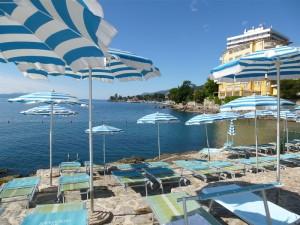 """Blick von der Hotelbucht auf die Küstenpromenade """"Lungomare"""". – Foto: Anke Sieker"""