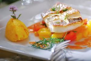"""Kreation vom """"Miramar""""-Küchenchef: Filet vom St. Peterfisch mit mediterranem Gemüsefond und Safranpolenta. - Foto: A.R.T.-Redaktionsteam"""