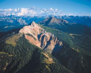 Das Weißhorn bildet das Ende der Bletterbachschlucht, die vor zirka 15 000 Jahren in der Eiszeit entstand; sie ist ungefähr acht Kilometer lang und 400 Meter tief. Im Hintergrund ist das Schwarzhorn zu sehen.