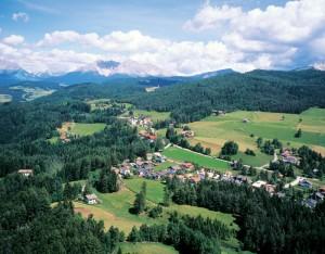 Petersberg ist ein kleiner beschaulicher Ort; zu Fuß erreicht man den Wallfahrtsort Maria Weißenstein (hinten, Mitte) in nur 30 Minuten.