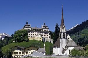 Eine mächtige Anlage ist das Barockschloss Wolfsthurn in Mareit.