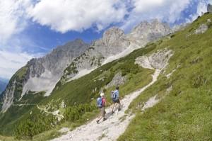 Bei der Umrundung des Wilden Kaisers in Tirol steigen Wanderer am ersten Tag in Richtung Gruttenhütte auf. - Foto: Wilder Kaiser/Norbert Eisele-Hein